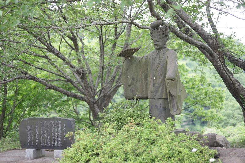 世阿弥が歩いた道の途中にある「佐渡談笑広場」に建つ世阿弥像