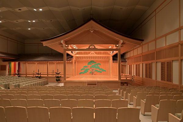 能・狂言ばかりでなく、他の伝統的な舞台芸術も上演されています。