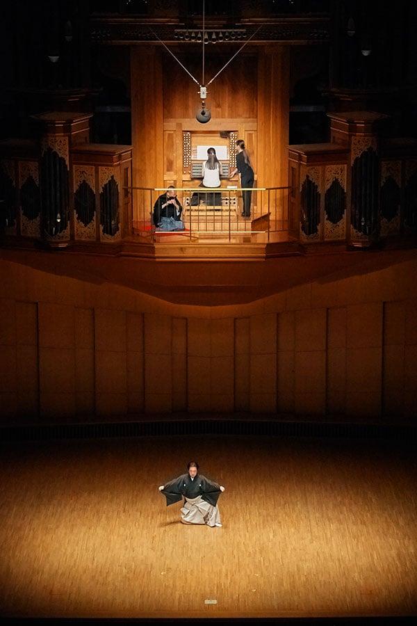 パイプオルガンは、コンサートホールのホールの上部に位置しているため、徳岡めぐみさんは上部で演奏し、その他の出演者は舞台という配置となります。出演者同士が見えない大変難しい配置となりますが、うまく工夫して演奏されるそうです。