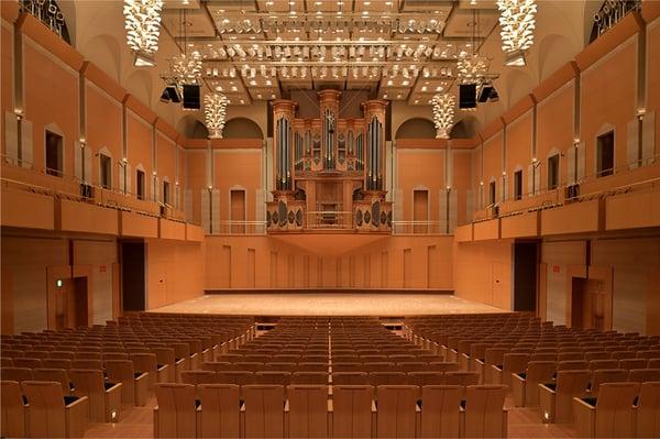 正面のパイプオルガンは北ドイツのバロック様式を基に製作されたもので、ホールのシンボルとしてその荘厳な音色を響かせています。